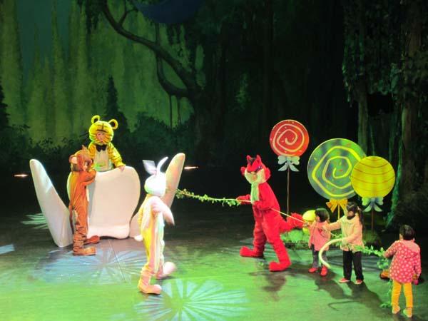 亲子互动儿童剧《爱吃糖果的大老虎》 演出时间:2013年7月27日 15:00 演出票价:150 100 50 演出套票:360(150X3) 240(100X3) 订票热线:53206688 53206686 演出剧团:中国福利会儿童艺术剧院 故事介绍: 兔年到了,小老虎再也不是新年吉祥物了,他的宝座变成了小兔子的宝座,小老虎很生气:为什么不能永远都是虎年呢?终于,小老虎断奶长乳牙了,变成一只牙齿锋利的大老虎,他开始报复小动物们。啃树木、啃转头,大老虎害得小猴子的八宝树东倒西歪,害得小兔子家墙角开裂成了