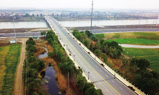 航拍基本完工的岳鹿公路太浏线——新浏河大桥新建工程项目,大桥主跨顺利合龙。该大桥位于太浏线交叉处,全长520米。岳鹿公路全面贯通之后,可以与上海嘉定境内的主干线城北路对接,优化原有的行车环境,成为我市又一条南北向的快速通道。记者 计海新 摄