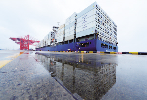 太仓港迎来今年以来最大集装箱船