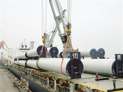 万方码头首次装船风电设备